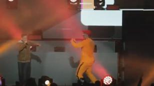 Bad Bunny compartió escenario con un joven fanático y dejó peculiar mensaje