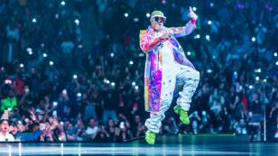 Bad Bunny no se percató que ganó un Latin Billboard por estar distraído con su celular