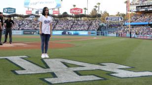 Becky G entonó el himno de Estados Unidos previo a un partido de béisbol