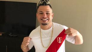 Integrante de Jowell & Randy mostró su apoyo a la selección posando con la camiseta de Perú