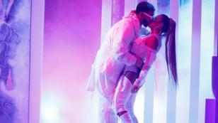 Karol G y Anuel AA cierran con beso presentación en los Latin Billboard