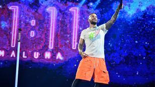 Maluma es sorprendido por atrevido regalo de fan en concierto