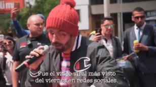 Mike Bahía cantó 'Quédate aquí' en las calles de Bogotá