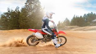 Mike Bahía se luce como motociclista