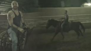 Nacho Mendoza, todo un experto montando a caballo [VIDEO]