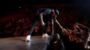 Nicky Jam no se resiste al movimiento de caderas de una fan al ritmo de 'Muévelo'