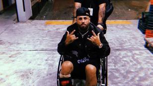 Nicky Jam se lesionó el tobillo jugando baloncesto