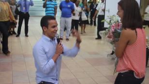 ¡Novio pide matrimonio a su pareja en aeropuerto! Mira lo que pasó [VIDEO]