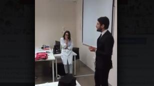 ¡Piden matrimonio a profesora en plena clase! [VIDEO]