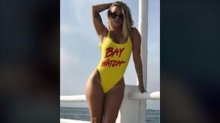 ¿Qué hace Leslie Shaw vestida con el traje de 'Baywatch'?