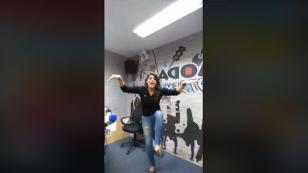 ¡Una loca Giovanna Valcárcel anda suelta en la cabina de Radio Moda! [VIDEO]