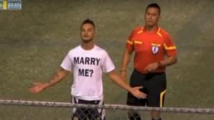 Futbolista pide matrimonio a su novia, pero árbitro arruinó todo [VIDEO]