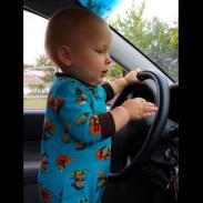 ¡Bebé baila al compás de la música, pero mira cómo reacciona cuando le bajan el volumen! (VIDEO)