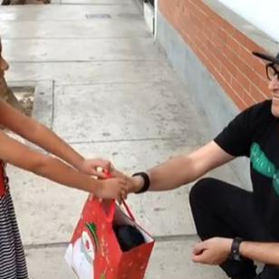 ¡Carloncho recibió un regalazo de Navidad de esta pequeña fan! [VIDEO]