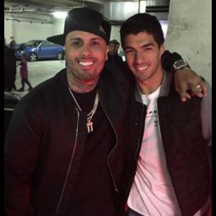 ¡Nicky Jam también conoció a Luis Suárez y recibió este regalazo!