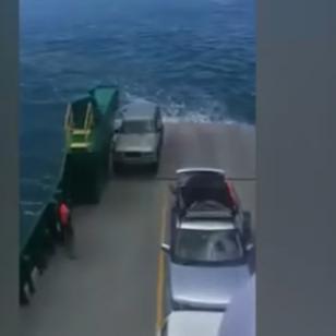 ¡Se olvidaron poner freno de mano a su auto y esto le pasó al vehículo! (VIDEO)