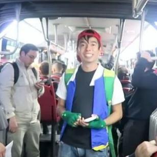 Se subió a un bus para cantar el 'Pokérap'... y le roban [VIDEO]