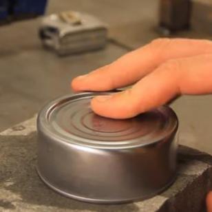 ¡Con este truco podrás abrir una lata... sin usar un abrelatas!