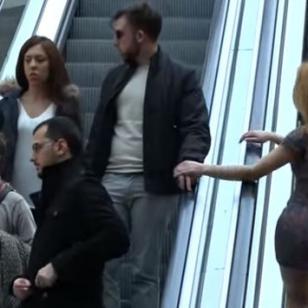 ¿Cómo reaccionarías si esta atractiva joven se te insinúa en presencia de tu pareja?